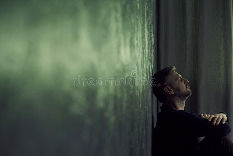 Mann im düsteren Raum stockbild