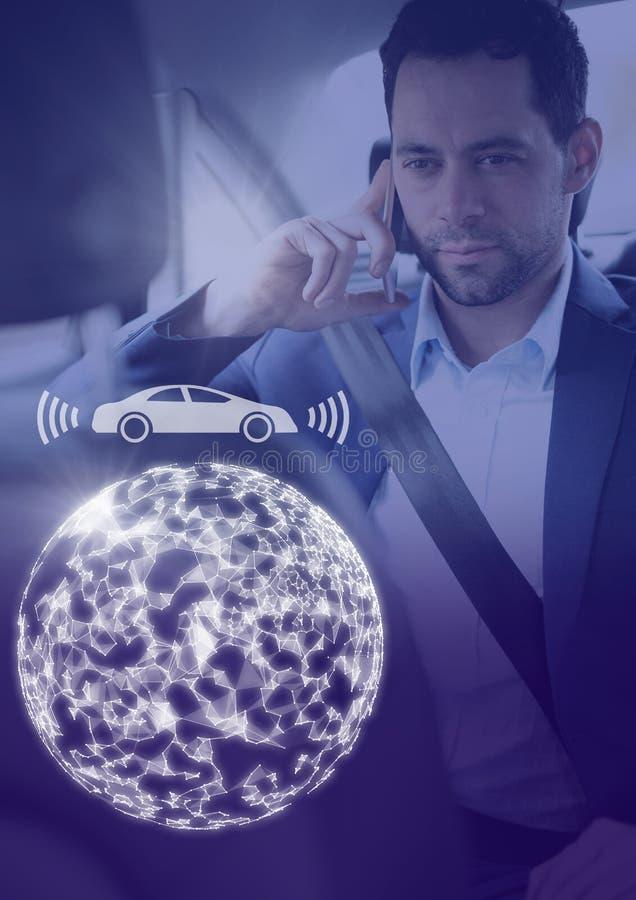 Mann im driverless autonomen Auto mit Köpfen zeigen oben Schnittstelle an lizenzfreie stockfotos