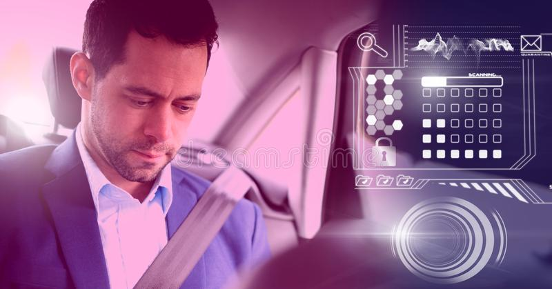 Mann im driverless autonomen Auto mit Köpfen zeigen oben Schnittstelle an stockfoto