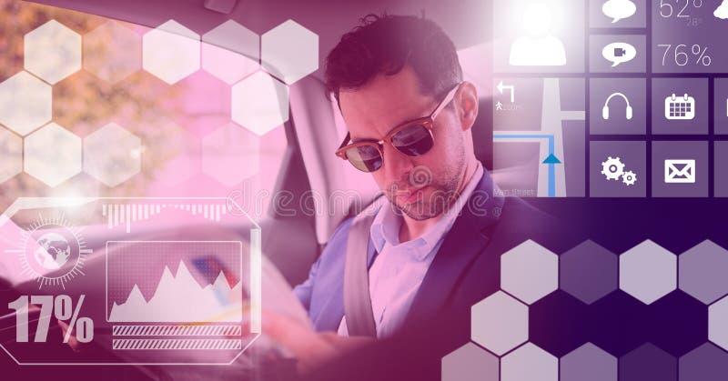 Mann im driverless autonomen Auto mit Köpfen zeigen oben Schnittstelle an lizenzfreies stockfoto
