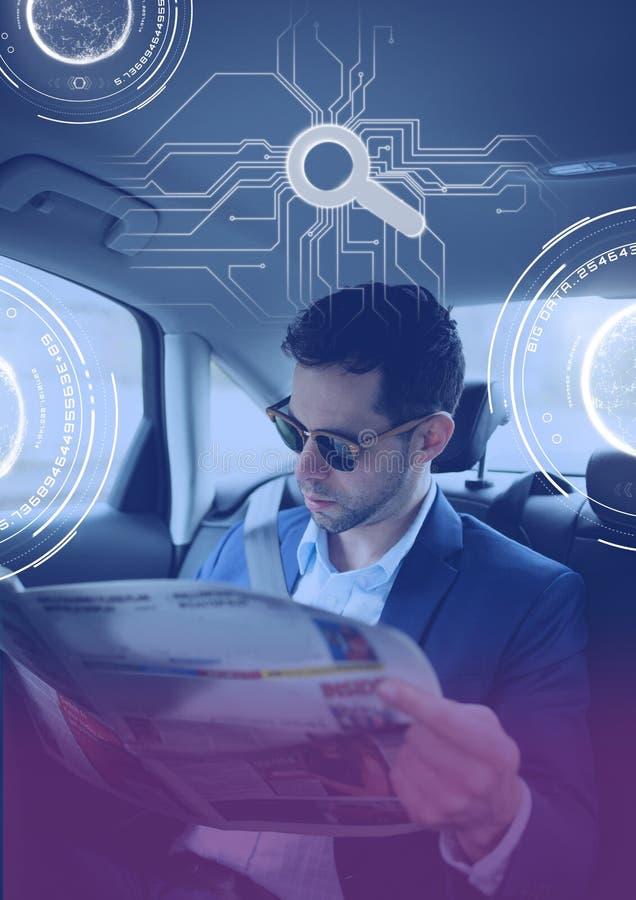 Mann im driverless autonomen Auto mit Köpfen zeigen oben Schnittstelle und Papier an lizenzfreies stockfoto