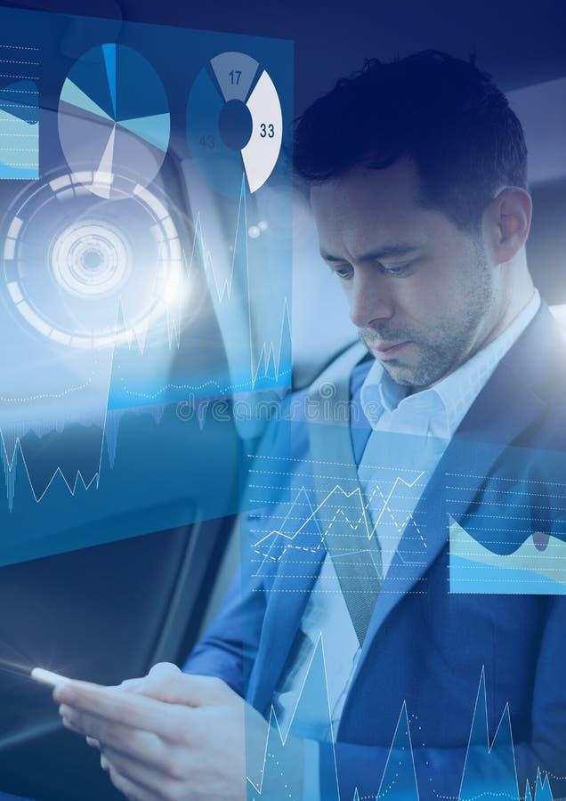 Mann im driverless autonomen Auto mit Köpfen zeigen oben Schnittstelle und Telefon an lizenzfreie stockbilder