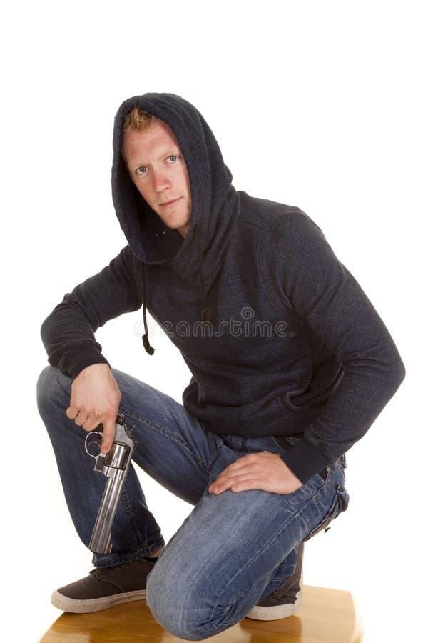 Mann im dunklen Hoodiegriff-Gewehrschauen stockbilder