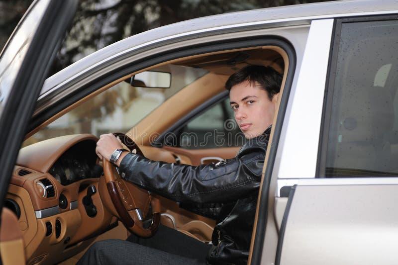 Mann im Fahrerhausauto stockbild