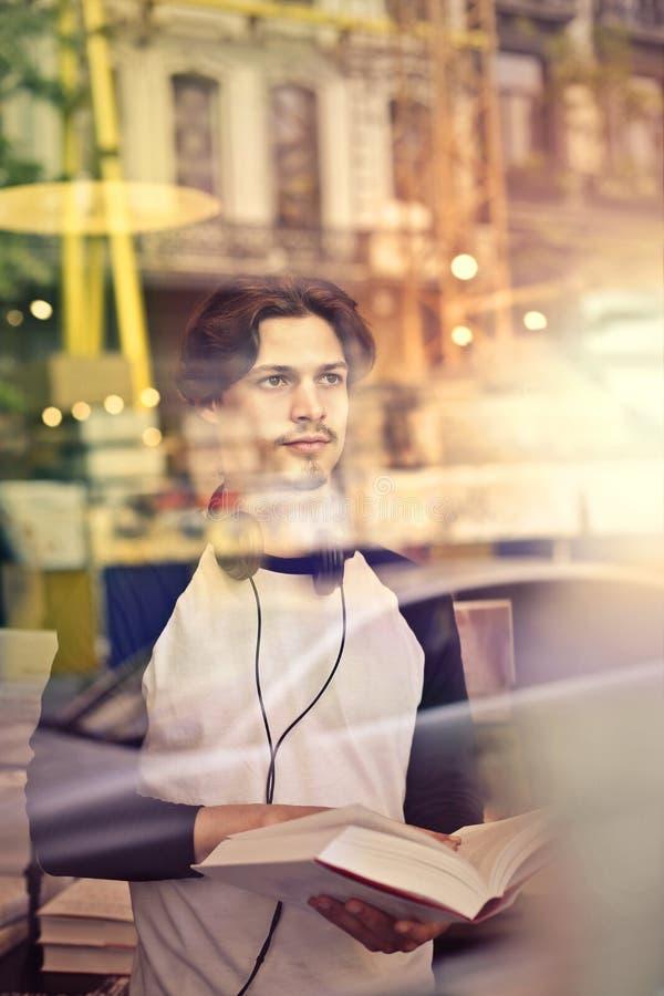 Mann im Fenster lizenzfreie stockfotos