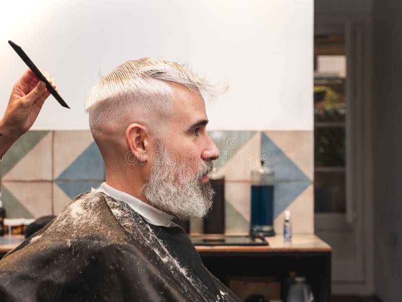 Mann im Friseur gepflegt lizenzfreie stockfotos