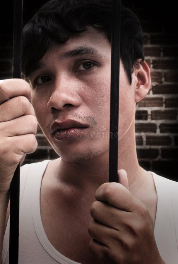 Mann im Gefängnis lizenzfreie stockfotografie