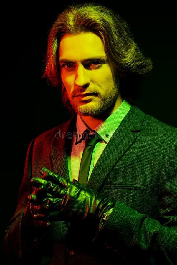 Mann im grünen Licht lizenzfreies stockfoto