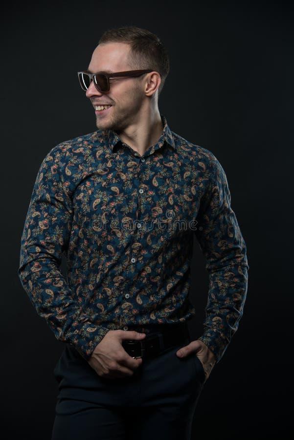 Mann im Hemd lizenzfreie stockfotografie