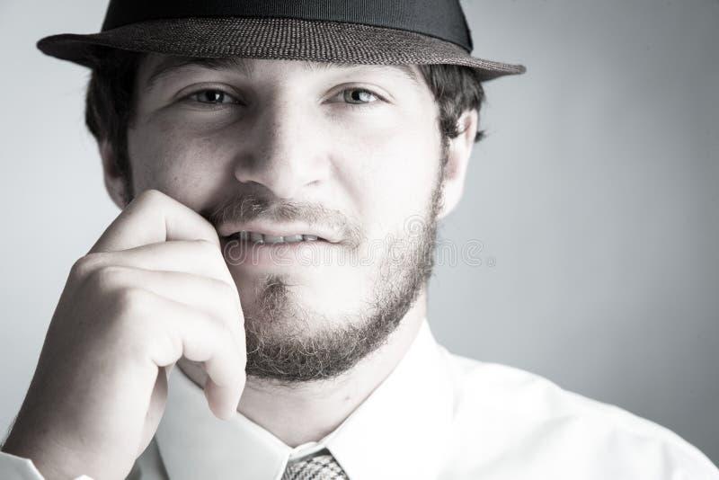 Mann im Hut und in der Gleichheit stockbild