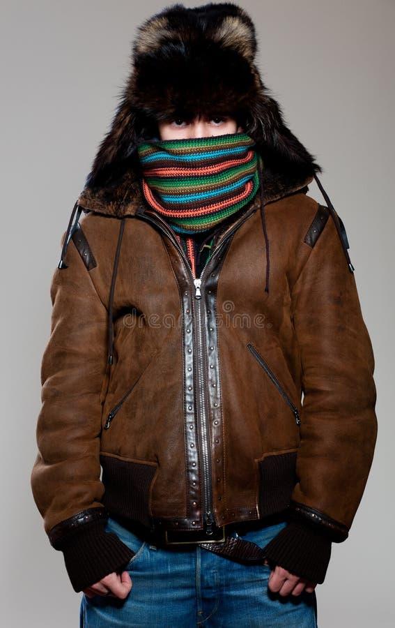 Mann im Hut und im Mantel stockfotografie