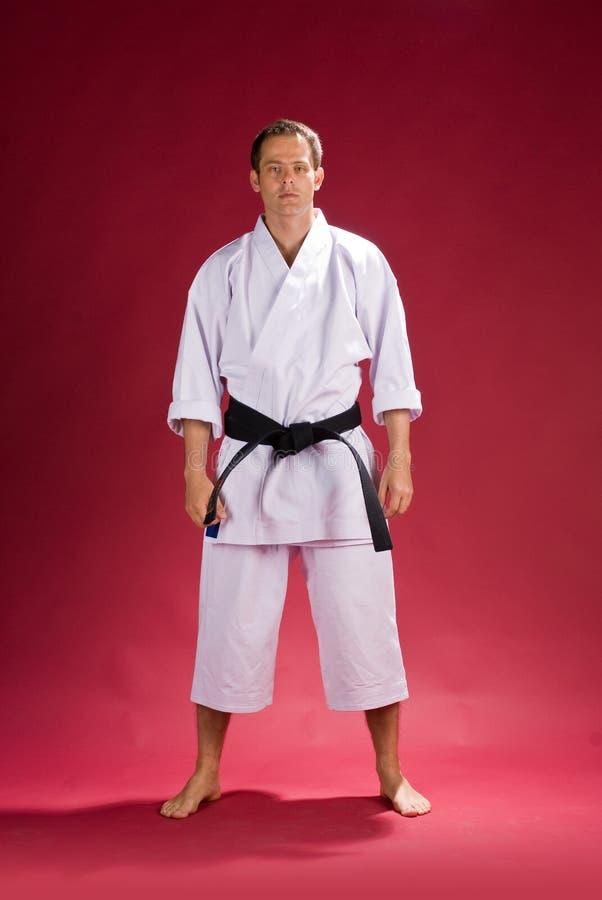 Mann im Karate-Kimono lizenzfreie stockfotos