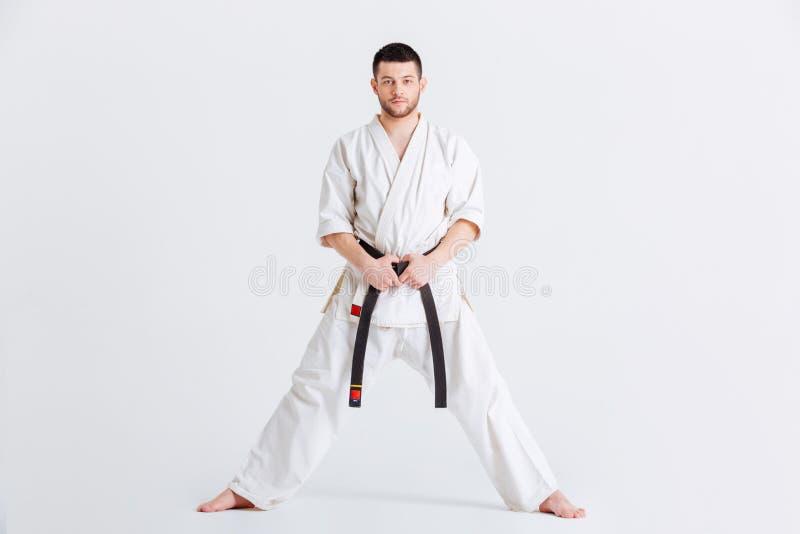 Mann im Kimono, der Kamera betrachtet stockbilder