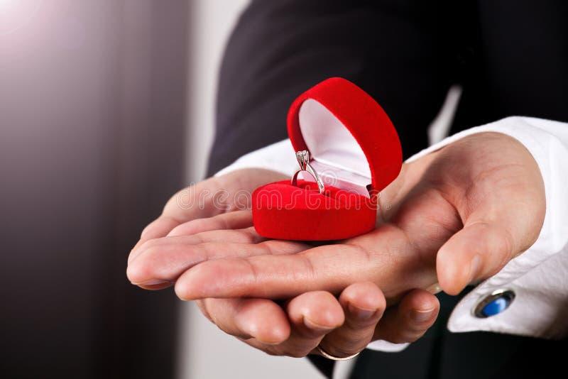 Mann im Klageholding-Verlobungsring stockbild