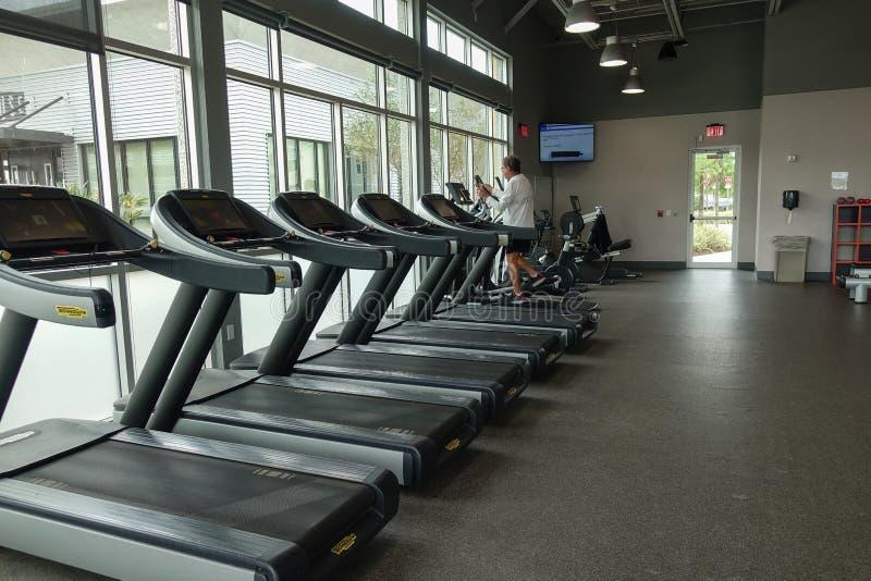 Mann im leeren Fitnessstudio im März lizenzfreie stockbilder