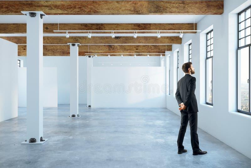 Mann im leeren Raum lizenzfreies stockfoto