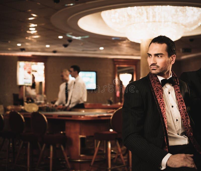 Mann im Luxusinnenraum lizenzfreies stockbild