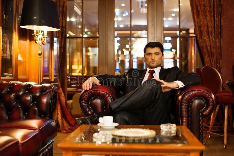 Mann im Luxusinnenraum lizenzfreie stockbilder