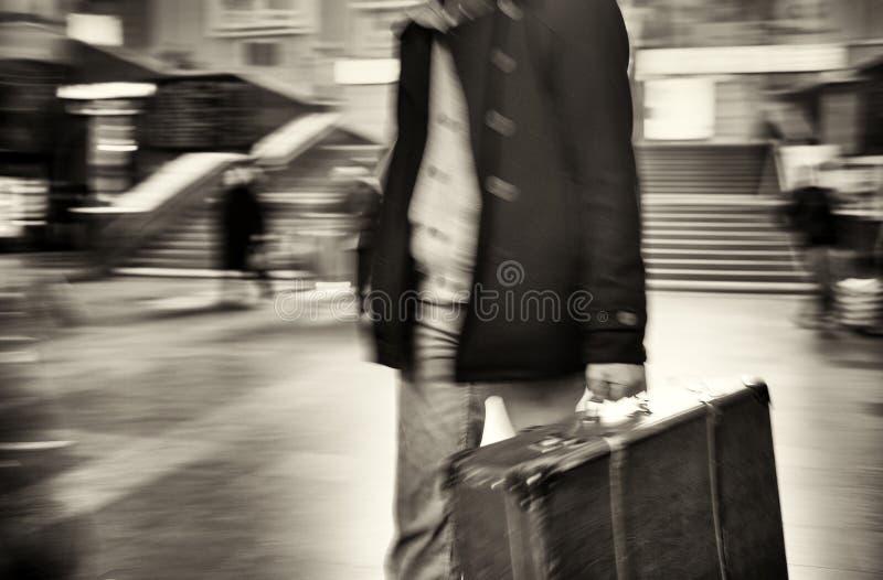 Mann im Mantel kommt mit einem Koffer an der Station Unscharfe Bewegung Schwarzweiss-Foto Pekings, China stockbilder