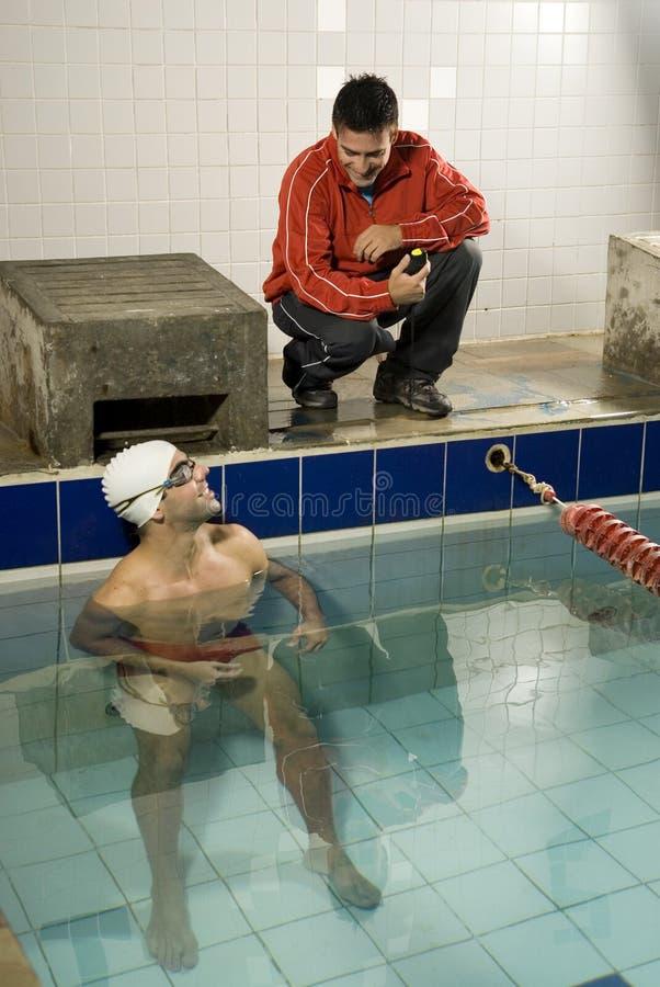 Mann im Pool lizenzfreies stockfoto