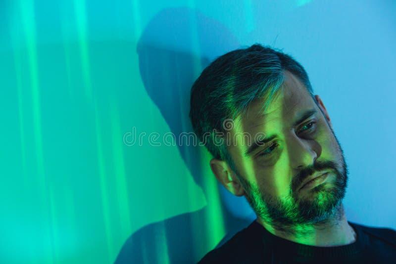 Mann im Raum mit Lichtern lizenzfreie stockbilder