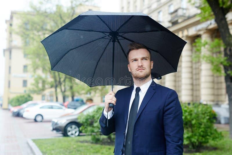 Mann im Regen lizenzfreie stockfotos