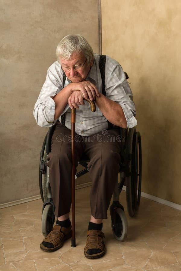 Mann im Ruhestand, der auf Stock sich lehnt lizenzfreie stockfotos