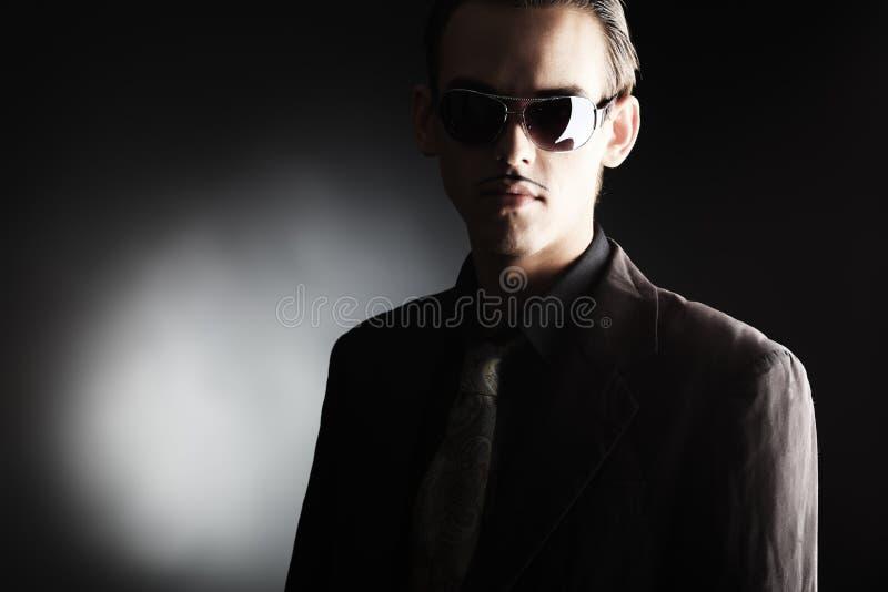 Mann im Schwarzen lizenzfreie stockfotos
