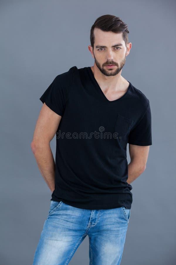 Mann im schwarzen T-Shirt lizenzfreie stockfotografie