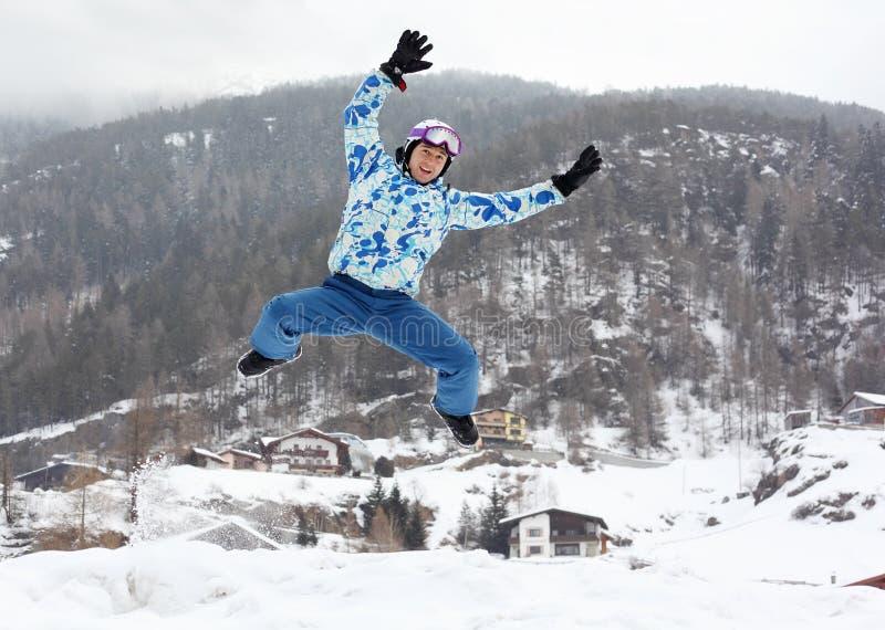 Mann im Skisturzhelm und in der Sportklage springt lizenzfreie stockbilder