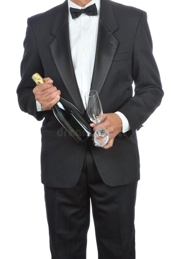 Mann im Smoking mit Champagne lizenzfreie stockbilder