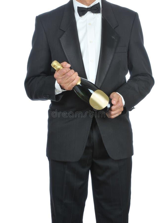 Mann im Smoking mit Champagne lizenzfreies stockbild