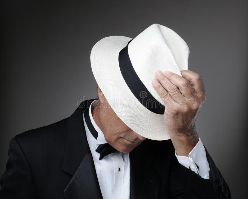 Mann im Smoking mit Panama-Hut lizenzfreie stockbilder