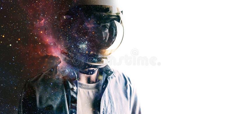 Mann im Sturzhelm mit sternenklarem Himmel auf Schild stockfotos
