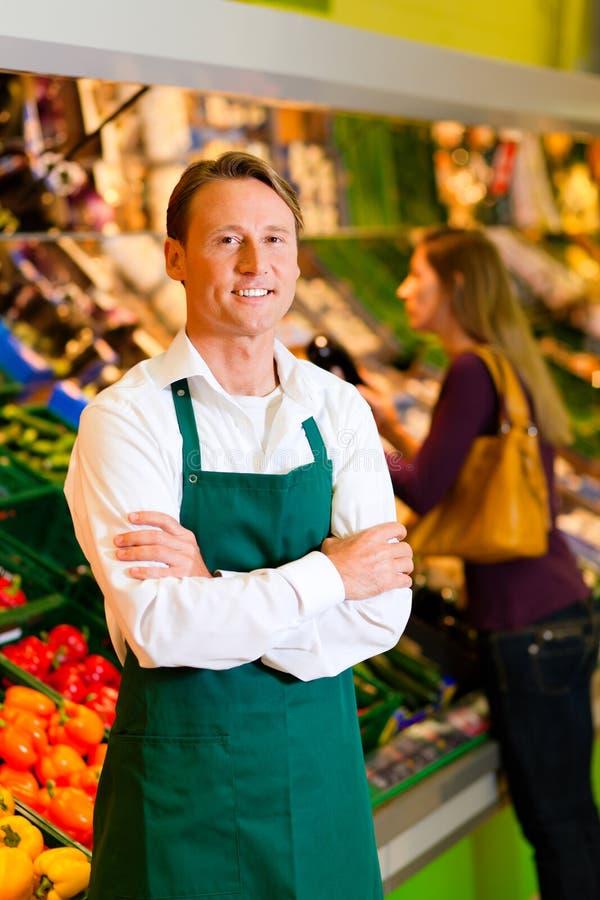 Mann im Supermarkt als Systemassistenten lizenzfreie stockfotos