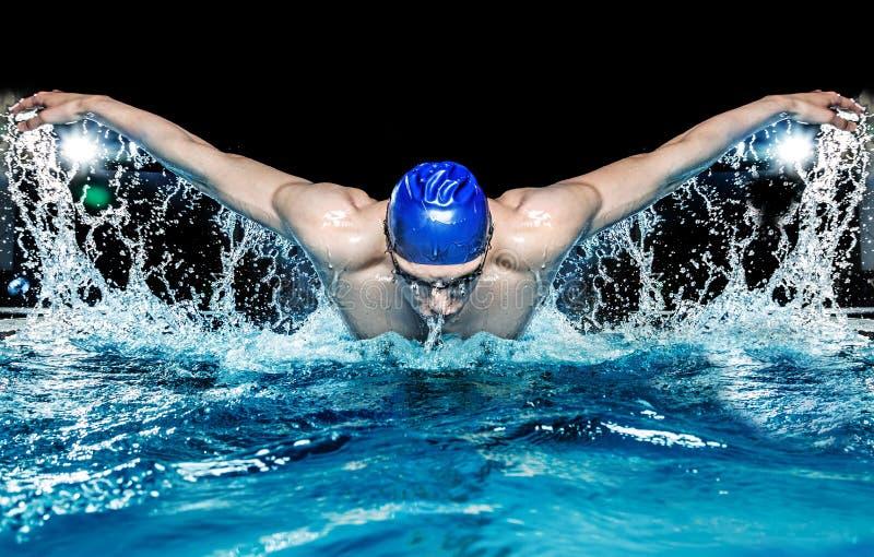 Mann im Swimmingpool lizenzfreies stockfoto