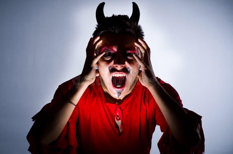 Mann im Teufelkostüm lizenzfreies stockbild