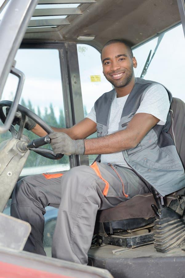 Mann im Traktor am Bauernhof stockbilder