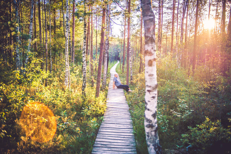 Mann im Wald stockbild