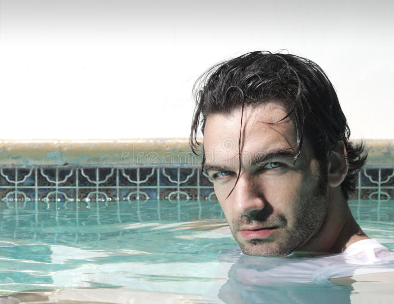 Mann im Wasser stockfoto