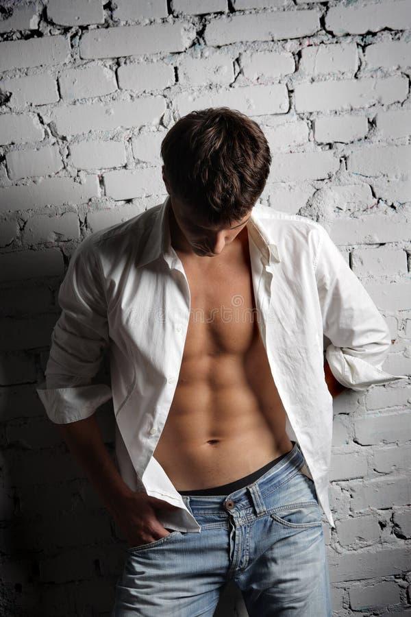 Mann im weißen Hemd lizenzfreie stockfotos