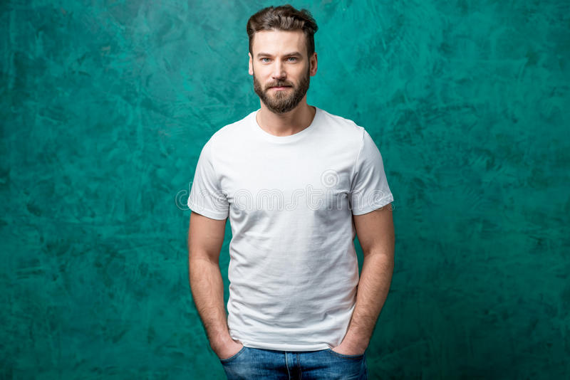 Mann im weißen T-Shirt lizenzfreie stockfotos