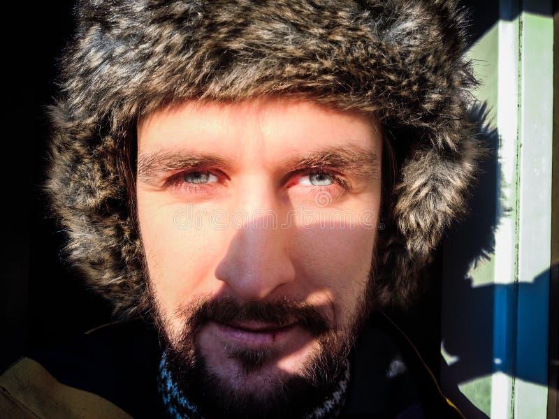 Mann im Winterhut stockbilder