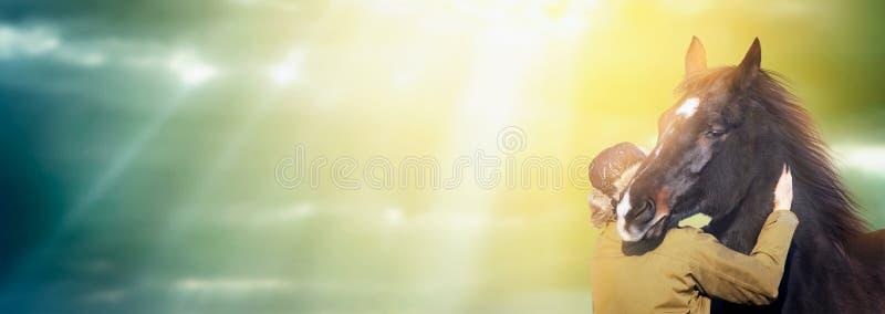Mann im Winterhut, der Rappe umarmt lizenzfreies stockfoto