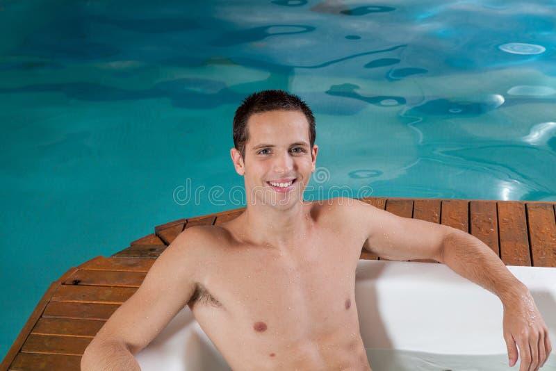 Mann innerhalb eines Jacuzzis stockbilder