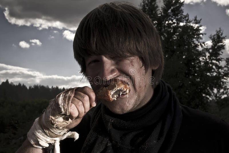 Mann isst Fleisch lizenzfreies stockfoto