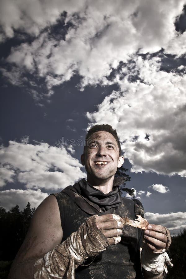 Mann isst Fleisch lizenzfreie stockfotos