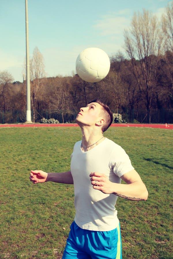 Mann jongliert mit seinem Kopf stockbild