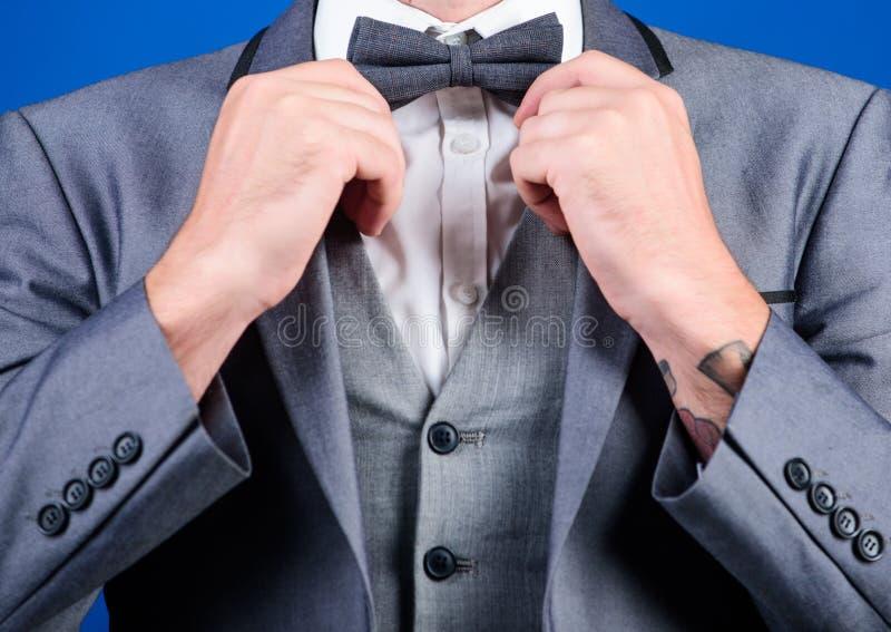 Mann justieren Anzug mit Fliege Gesellschaftsanzugjackenabschluß oben Männliche Mode und ästhetisch Formale Ausstattung des Gesch stockbild