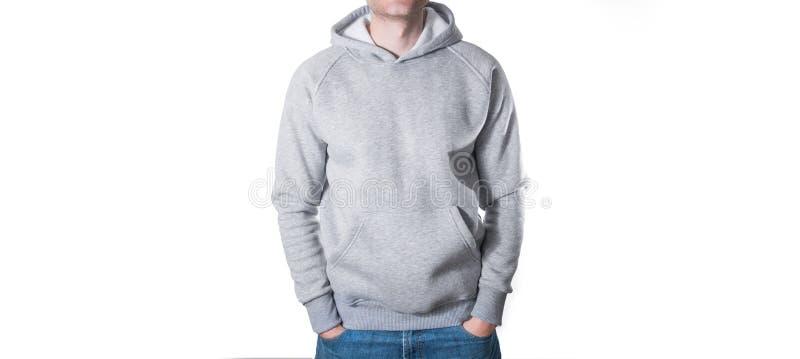 Mann, Kerl im leeren grauen Hoodie, Sweatshirt, Spott oben lokalisiert Winkel des Leistungshebels stockfotografie